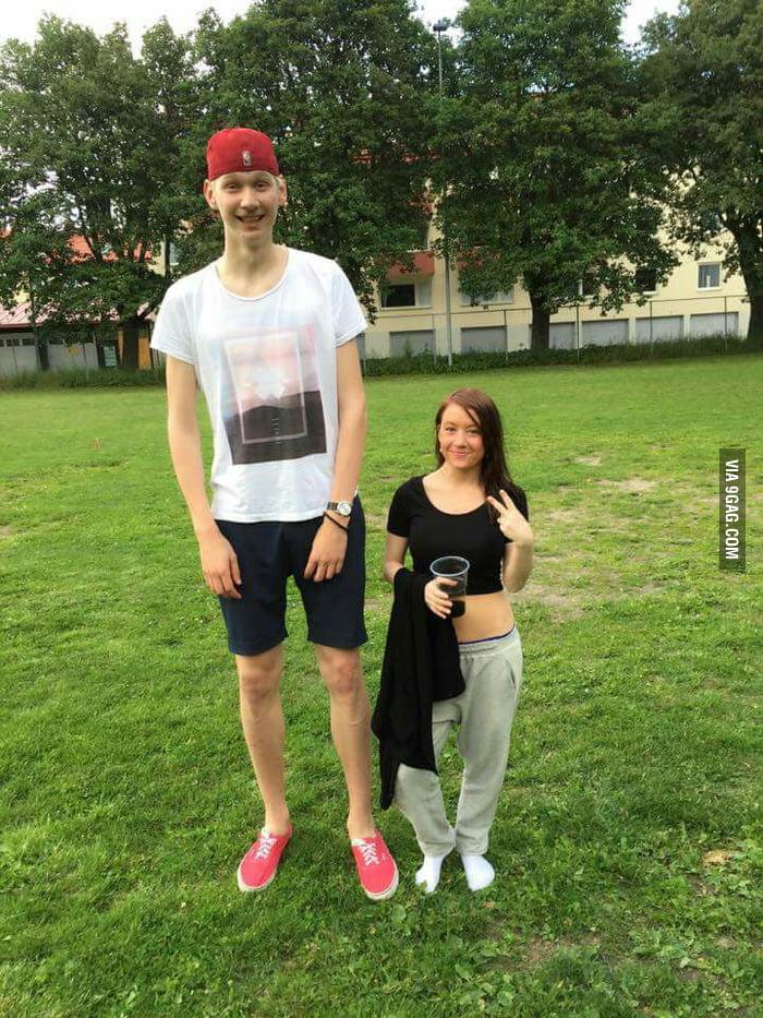My girlfriend met my friend who is 215cm, she is 149cm!