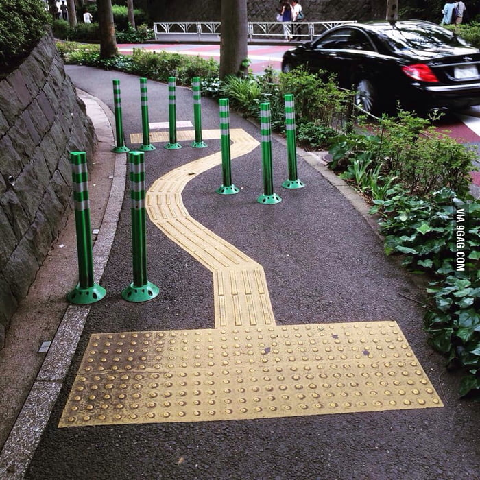 A Japanese sidewalk with a chicane to slow down cyclists (or fast walkers).