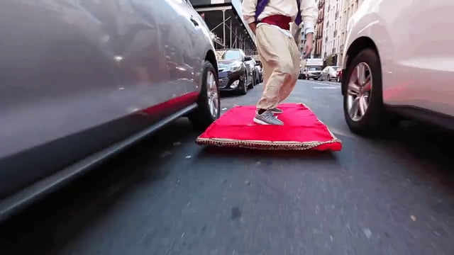 Guy dresses up as Aladdin and 'flies' around NYC on his magic carpet!
