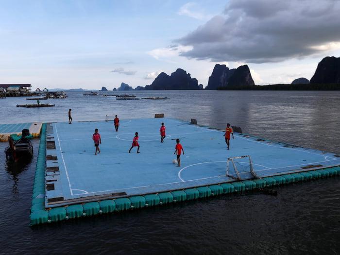 Lapangan mengapung di desa nelayan di Ko Panyi, Thailand | Sumber: 9gag