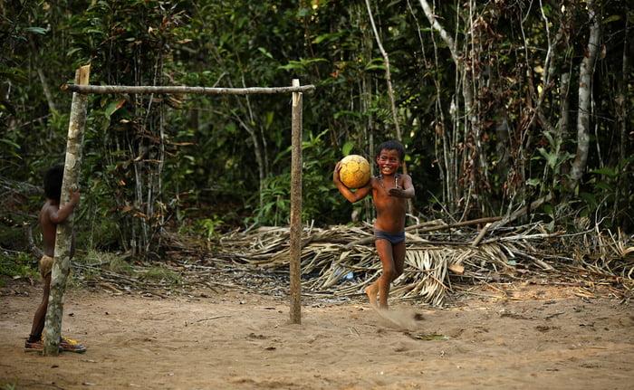 Masyarakat suku Tatuyo Amazon bermain sepakbola di desanya di Rio Negro dekat kota Manaus | Sumber: 9gag