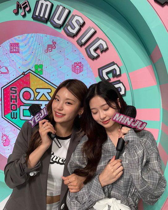 Photo : Yeji and Minju