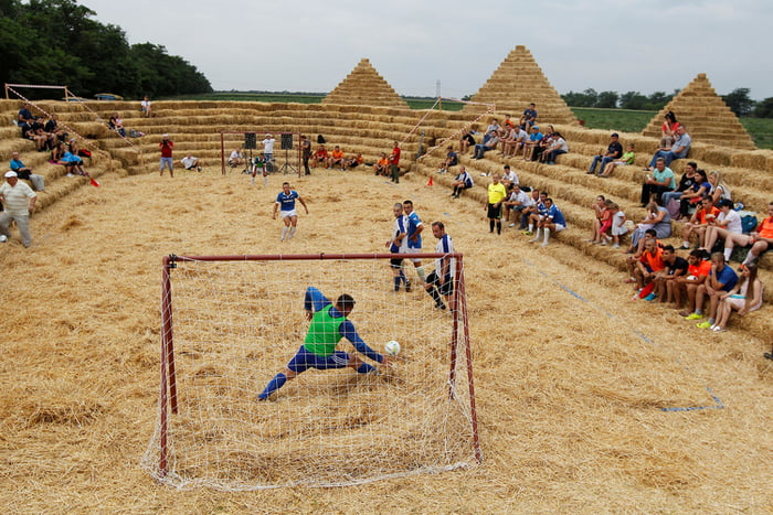 A stadium made of straw named Zenit Arena, in the settlement of Krasnoye in the Stavropol region of Russia | Sumber: 9gag