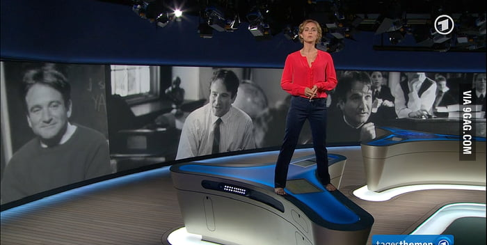 German newsanchor delivering the news of Robin Williams' death standing on her desk: