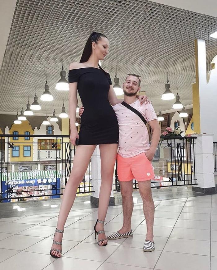 Ekaterina Lisina da Rússia ao lado de um homem comum
