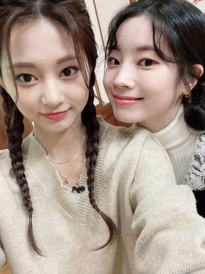 Photo : Tzuyu and Dahyun