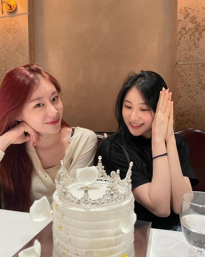 Photo : 210606 - ITZY Instagram update with Chaeyeon & Chaeryeong