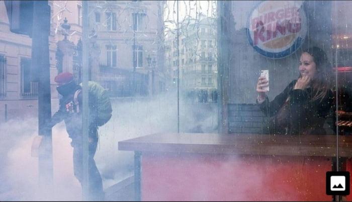 Imagini amuzante si haioase - Selfie while Paris burns