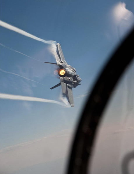 Badass picture of a F-35 fighter jet mid-flight.