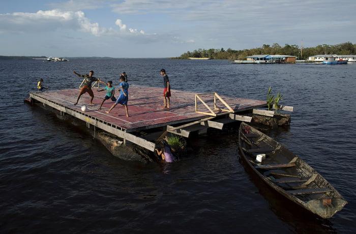 Lapangan sepak bola kayu apung di tepian Rio Negro di komunitas Catalao dekat Manaus, Brasil | Sumber: 9gag