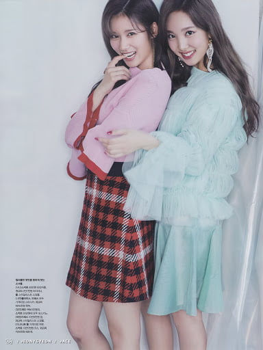 Photo : Sana and nayeon