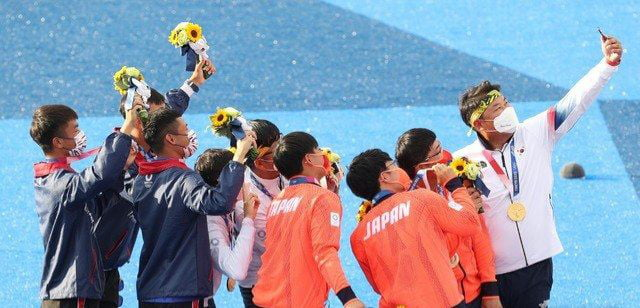Taiwanese, Japanese and Korean atheletes getting along. Well played everyone.