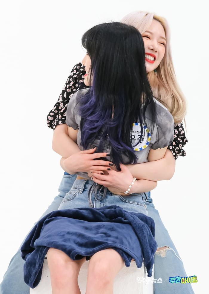 Photo : Yerin is a mood, hugging Yuju!