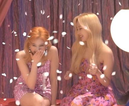 Photo : Sana and Mina having a laugh